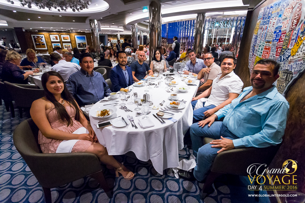 [PHOTO GALLERY] Golden dinner on board Harmony of the Seas